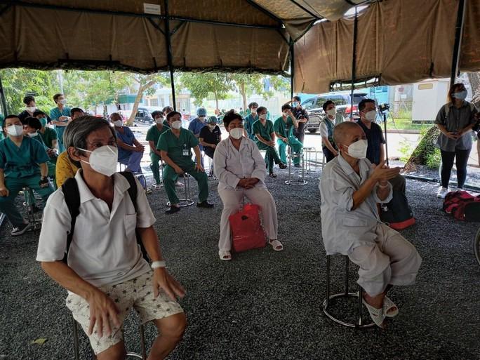 TP HCM: Hơn 200 bệnh nhân nặng đã chuyển nhẹ tại Trung tâm Hồi sức Covid-19 Bệnh viện Bạch Mai - Ảnh 2.