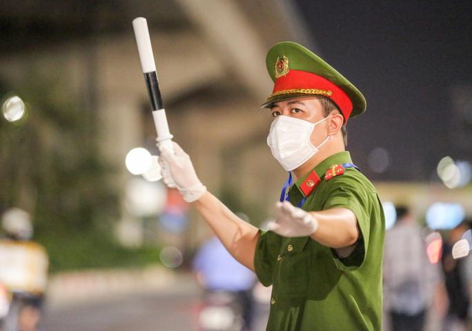"""CLIP: Bắt đầu đưa hơn 1.000 người dân ở ổ dịch """"nóng"""" nhất Hà Nội đi cách ly ngay trong đêm - Ảnh 4."""
