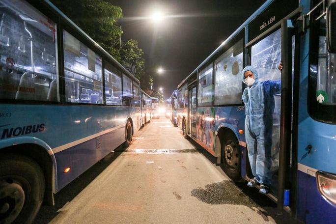 """CLIP: Bắt đầu đưa hơn 1.000 người dân ở ổ dịch """"nóng"""" nhất Hà Nội đi cách ly ngay trong đêm - Ảnh 6."""
