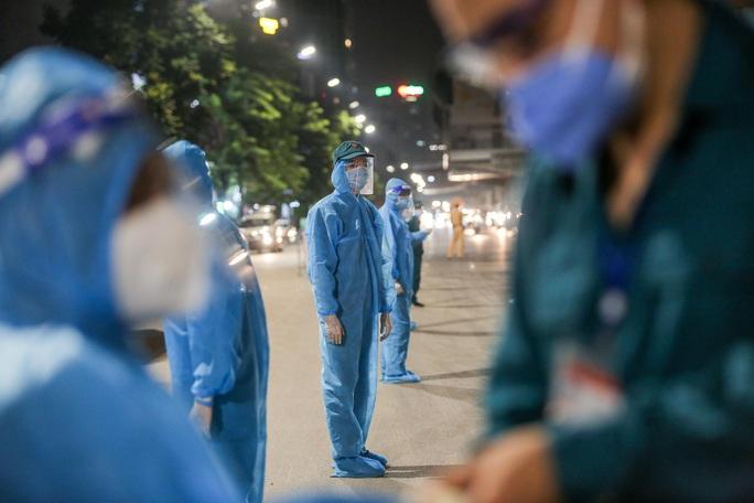 """CLIP: Bắt đầu đưa hơn 1.000 người dân ở ổ dịch """"nóng"""" nhất Hà Nội đi cách ly ngay trong đêm - Ảnh 5."""