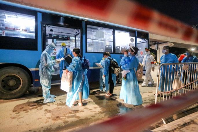 """CLIP: Bắt đầu đưa hơn 1.000 người dân ở ổ dịch """"nóng"""" nhất Hà Nội đi cách ly ngay trong đêm - Ảnh 7."""