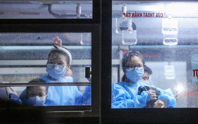 """CLIP: Bắt đầu đưa hơn 1.000 người dân ở ổ dịch """"nóng"""" nhất Hà Nội đi cách ly ngay trong đêm - Ảnh 11."""