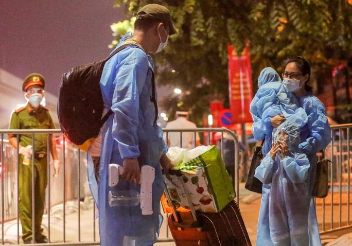 """CLIP: Bắt đầu đưa hơn 1.000 người dân ở ổ dịch """"nóng"""" nhất Hà Nội đi cách ly ngay trong đêm - Ảnh 9."""