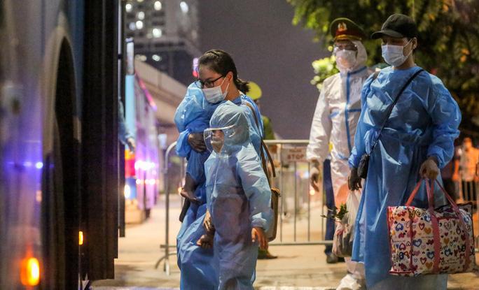 """CLIP: Bắt đầu đưa hơn 1.000 người dân ở ổ dịch """"nóng"""" nhất Hà Nội đi cách ly ngay trong đêm - Ảnh 10."""