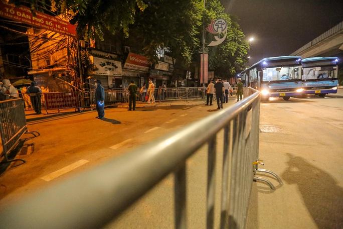 """CLIP: Bắt đầu đưa hơn 1.000 người dân ở ổ dịch """"nóng"""" nhất Hà Nội đi cách ly ngay trong đêm - Ảnh 3."""