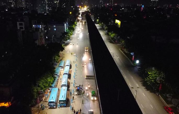 """CLIP: Bắt đầu đưa hơn 1.000 người dân ở ổ dịch """"nóng"""" nhất Hà Nội đi cách ly ngay trong đêm - Ảnh 2."""