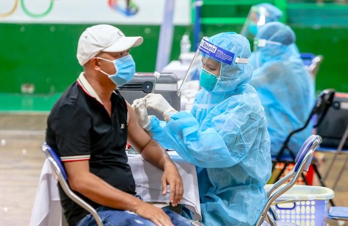 Khẩn trương tiêm mũi 2 vắc-xin Covid-19 cho người đã tiêm mũi 1 - Ảnh 1.