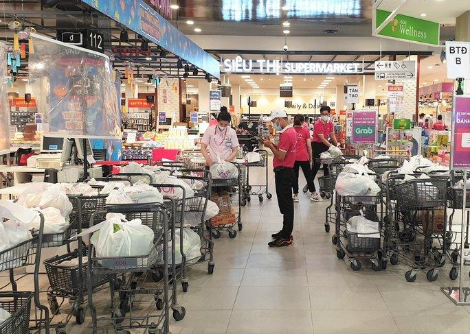 Vừa mở lại kênh bán hàng online, một siêu thị ở TP HCM đã quá tải - Ảnh 1.