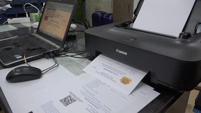 Công an TP HCM tóm gọn băng nhóm làm giấy đi đường giả bán 1-2 triệu đồng/giấy - Ảnh 3.