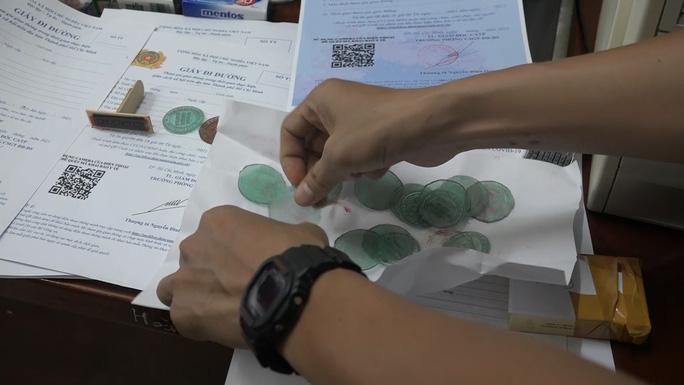 Công an TP HCM tóm gọn băng nhóm làm giấy đi đường giả bán 1-2 triệu đồng/giấy - Ảnh 4.