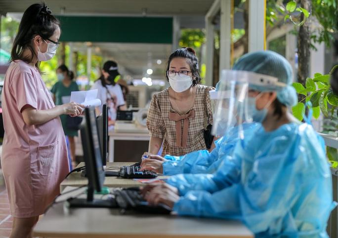 CLIP: Hơn 1.000 thai phụ ở Hà Nội được tiêm vắc-xin Covid-19 - Ảnh 9.