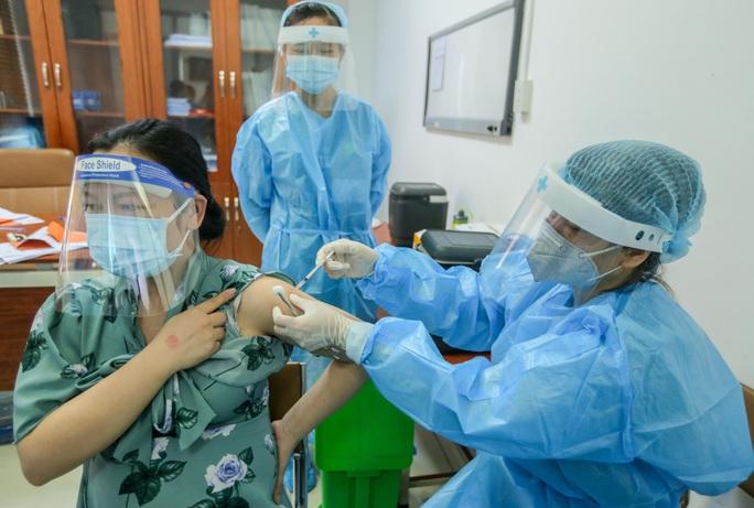 CLIP: Hơn 1.000 thai phụ ở Hà Nội được tiêm vắc-xin Covid-19 - Ảnh 12.