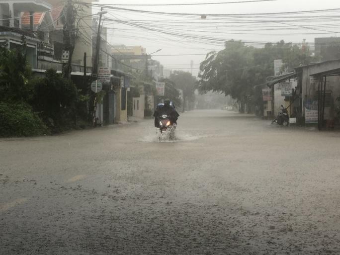Quảng Ngãi mưa trắng trời, nhiều nơi ngập nặng, lũ lên nhanh - Ảnh 1.