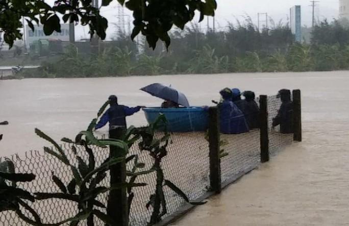 Quảng Ngãi mưa trắng trời, nhiều nơi ngập nặng, lũ lên nhanh - Ảnh 2.