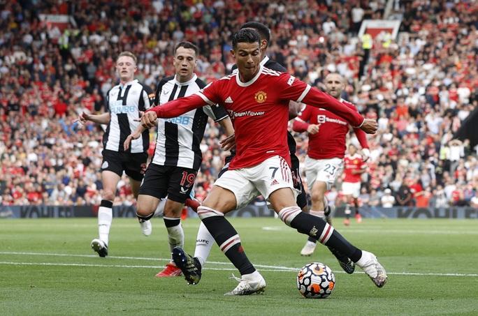 Ronaldo phô diễn đẳng cấp, Man United thắng giòn giã lên ngôi đầu - Ảnh 5.