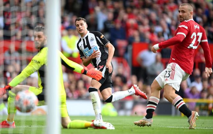 Ronaldo phô diễn đẳng cấp, Man United thắng giòn giã lên ngôi đầu - Ảnh 4.