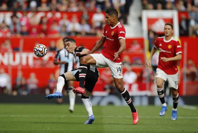 Ronaldo phô diễn đẳng cấp, Man United thắng giòn giã lên ngôi đầu - Ảnh 2.