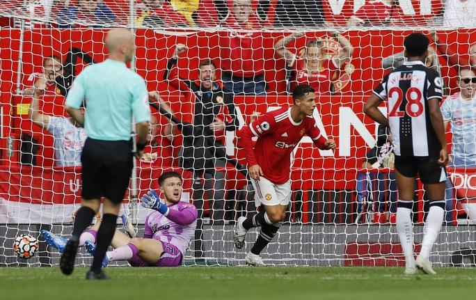 Ronaldo phô diễn đẳng cấp, Man United thắng giòn giã lên ngôi đầu - Ảnh 3.