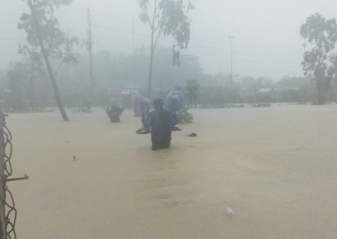 Quảng Ngãi mưa trắng trời, nhiều nơi ngập nặng, lũ lên nhanh - Ảnh 5.