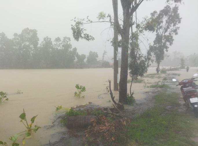 Quảng Ngãi mưa trắng trời, nhiều nơi ngập nặng, lũ lên nhanh - Ảnh 4.