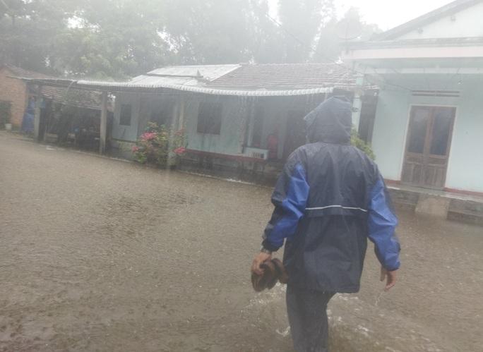 Quảng Ngãi mưa trắng trời, nhiều nơi ngập nặng, lũ lên nhanh - Ảnh 3.