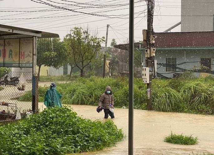 Quảng Ngãi mưa trắng trời, nhiều nơi ngập nặng, lũ lên nhanh - Ảnh 10.