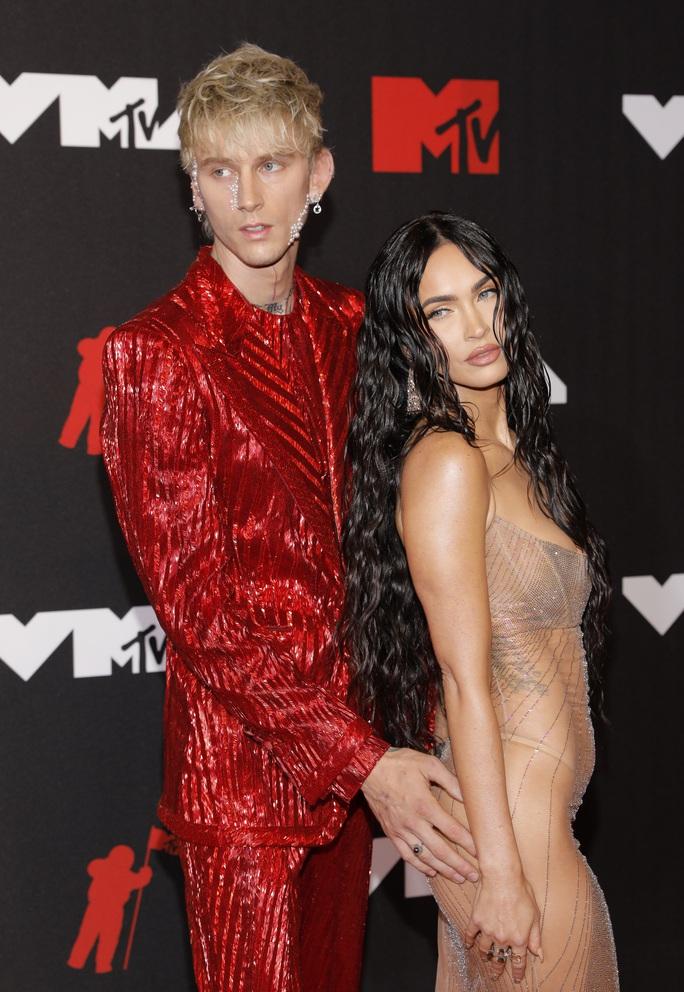 """Minh tinh Megan Fox lại """"mặc như không"""" trên thảm đỏ - Ảnh 2."""