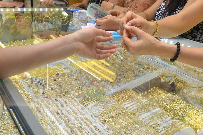 Giá vàng hôm nay 13-9: Thị trường bất động, vàng SJC vẫn rất cao - Ảnh 1.