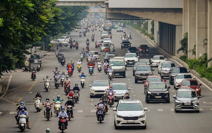 CLIP: Cảnh đường phố Hà Nội đông đúc trong ngày đầu tuần - Ảnh 2.