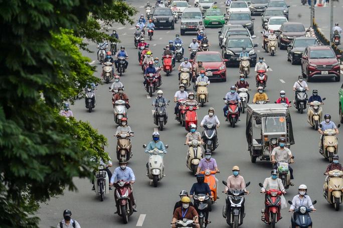 CLIP: Cảnh đường phố Hà Nội đông đúc trong ngày đầu tuần - Ảnh 7.