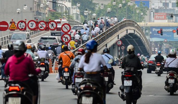 CLIP: Cảnh đường phố Hà Nội đông đúc trong ngày đầu tuần - Ảnh 6.