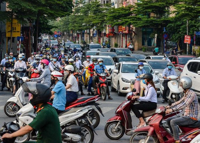 CLIP: Cảnh đường phố Hà Nội đông đúc trong ngày đầu tuần - Ảnh 8.