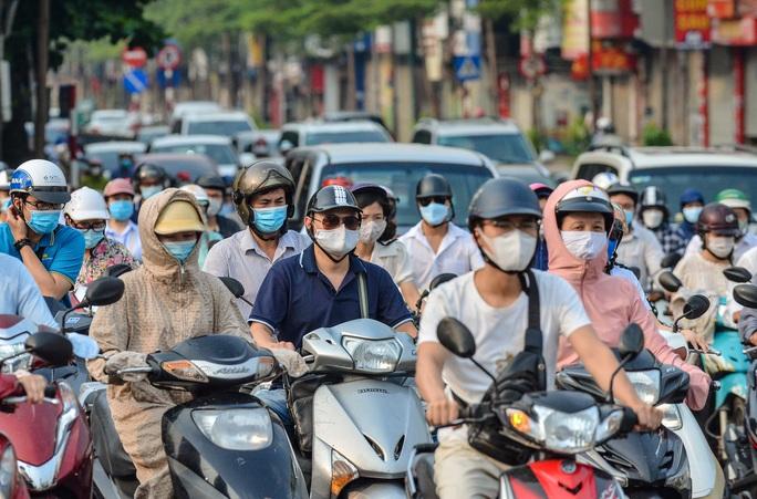 CLIP: Cảnh đường phố Hà Nội đông đúc trong ngày đầu tuần - Ảnh 10.