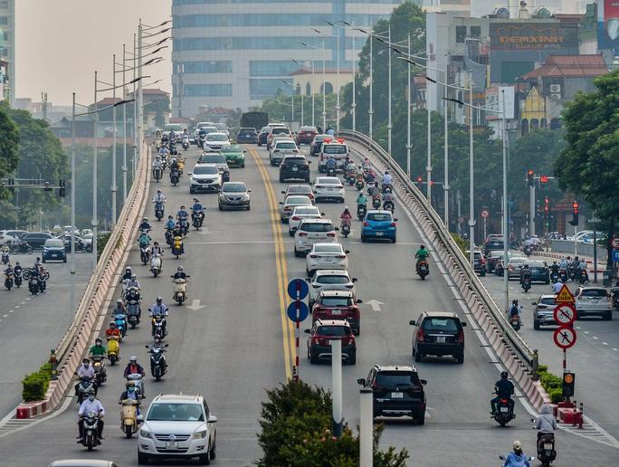 CLIP: Cảnh đường phố Hà Nội đông đúc trong ngày đầu tuần - Ảnh 13.