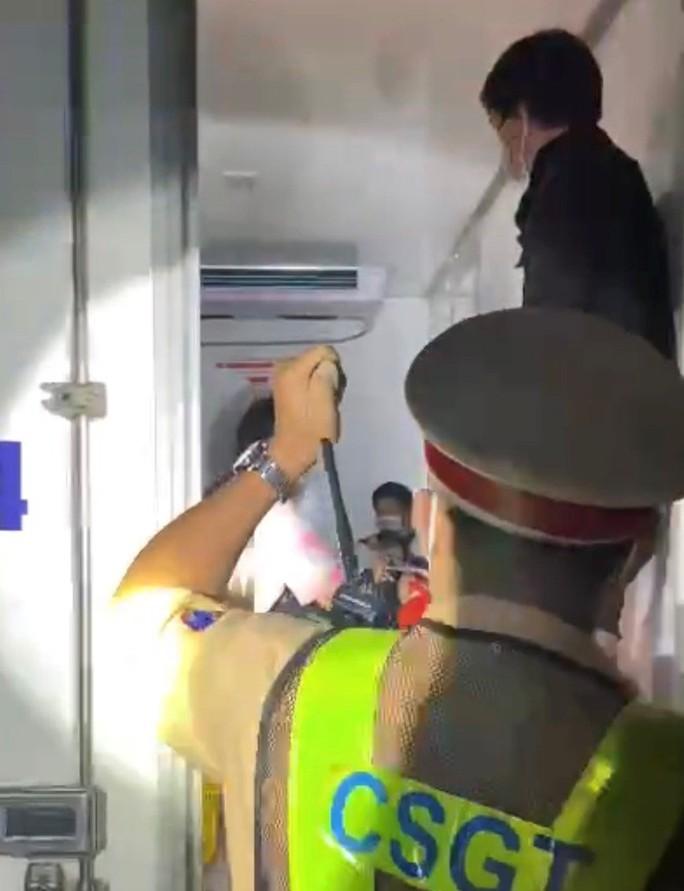 Thuê xe đông lạnh nhét 15 người né chốt kiểm dịch - Ảnh 2.