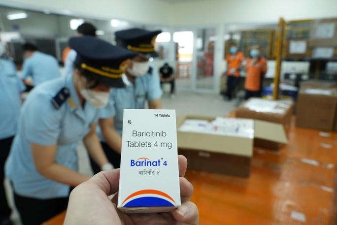 CLIP: Hơn 60.000 viên thuốc điều trị Covid-19 nguỵ trang là quà biếu về Việt Nam - Ảnh 3.
