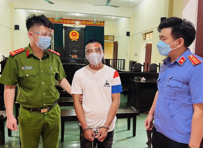 Vượt chốt, đánh công an, người đàn ông lãnh 15 tháng tù - Ảnh 1.