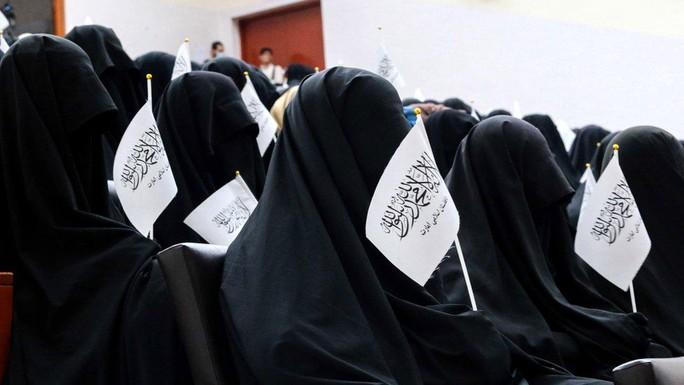 Phụ nữ Afghanistan phản đối Taliban đụng vào quần áo - Ảnh 1.