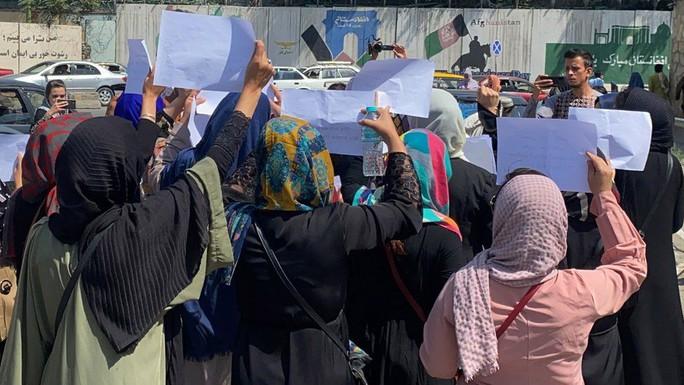Phụ nữ Afghanistan phản đối Taliban đụng vào quần áo - Ảnh 4.