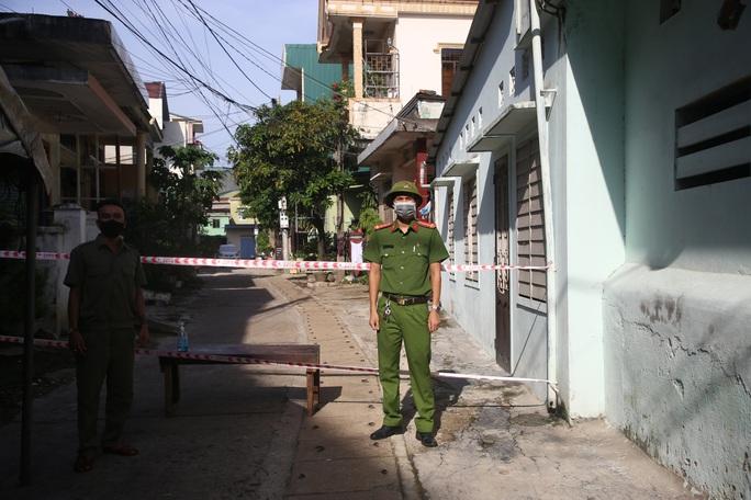 Lực lượng chức năng phong tỏa, chốt chặn một khu dân cư trên địa bàn TP Đông Hà sau khi ghi nhận các ca mắc Covid-19