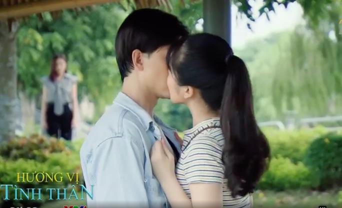 Hương vị tình thân phần 2 tập 37 (tập 108): Trà xanh công khai hôn Huy trước mặt Thy - Ảnh 3.