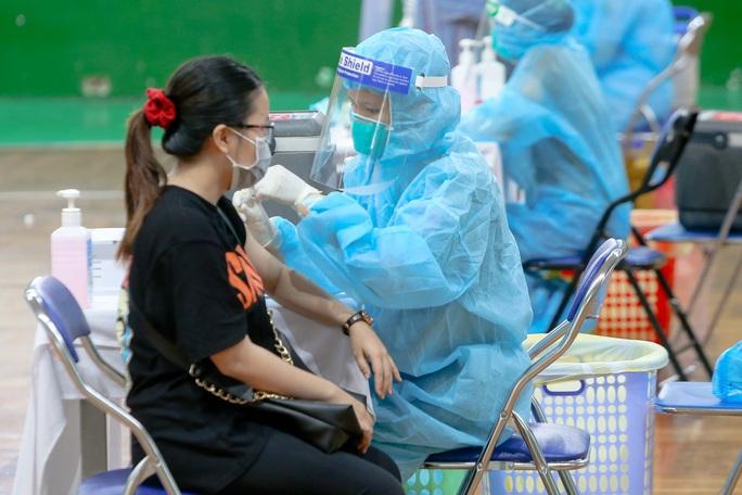 TP HCM tiếp tục tiêm vét vắc-xin không phân biệt thường trú, tạm trú - Ảnh 1.