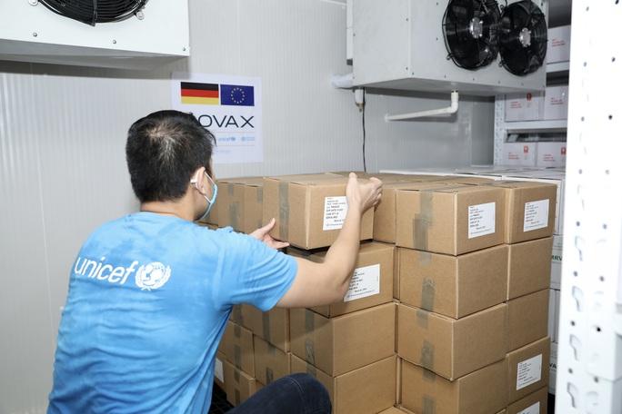 852.480 liều vắc-xin Đức hỗ trợ về đến Việt Nam - Ảnh 5.