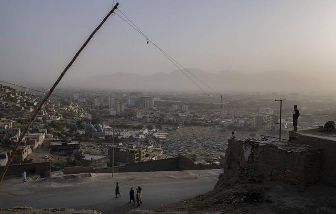 Thủ đô Kabul hứng rốc-két, Taliban đứng trước phép thử khó - Ảnh 2.
