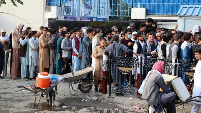Thủ đô Kabul hứng rốc-két, Taliban đứng trước phép thử khó - Ảnh 3.