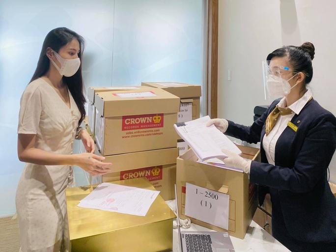 Thủy Tiên- Công Vinh livestream công bố 18.000 trang sao kê - Ảnh 2.