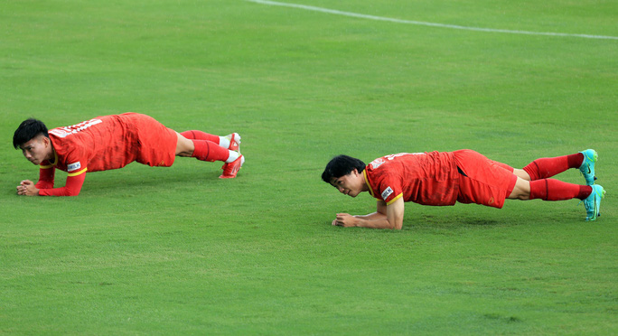 Trung vệ Quế Ngọc Hải nói gì trước 2 đối thủ nặng ký của đội tuyển Việt Nam? - Ảnh 8.