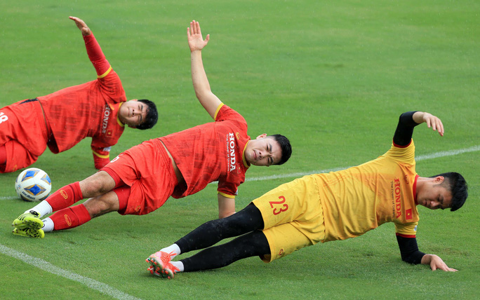 Trung vệ Quế Ngọc Hải nói gì trước 2 đối thủ nặng ký của đội tuyển Việt Nam? - Ảnh 9.