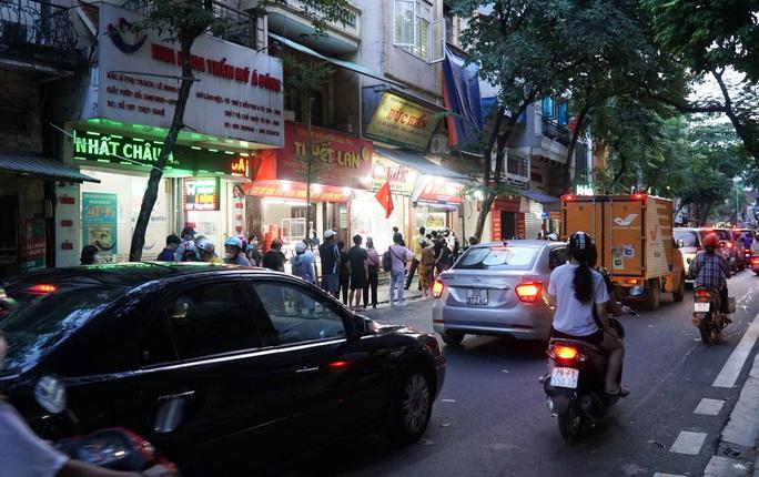 CLIP: Giao thông ùn ứ tại điểm bán bánh trung thu trên phố Thuỵ Khuê - Ảnh 2.