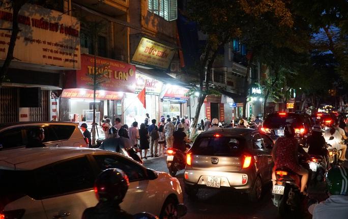 CLIP: Giao thông ùn ứ tại điểm bán bánh trung thu trên phố Thuỵ Khuê - Ảnh 7.